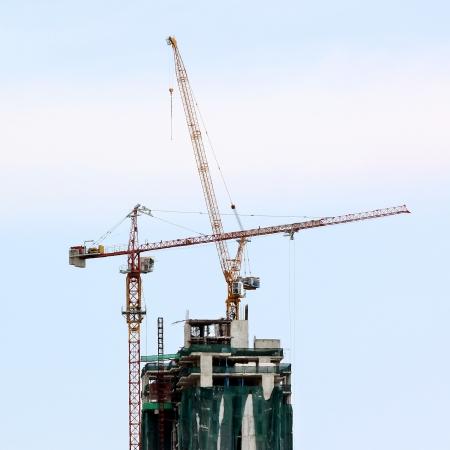 grue  tour: Grue � tour et immeuble en construction