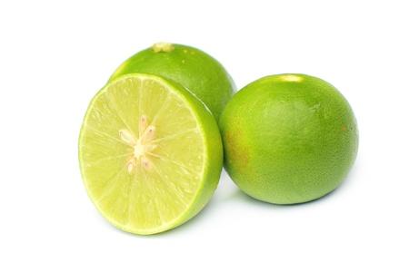 Limoen geïsoleerd op witte achtergrond