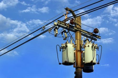 Transformator en hoogspanningslijnen op elektrische paal Stockfoto