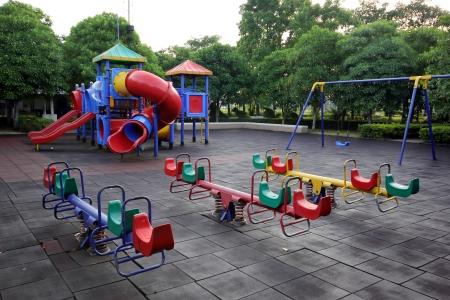 Kleurrijke kinderspeelplaats in het park Stockfoto
