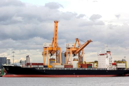 Kranen en schip op de laadhaven
