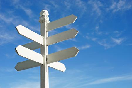 richting teken met lege ruimte voor tekst op mooie hemel achtergrond