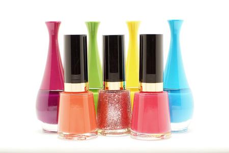kleurrijke nagels Pools flessen geïsoleerd op een witte achtergrond