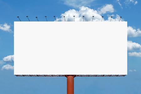 pancarta: cartelera en blanco para el anuncio con el fondo hermoso cielo Foto de archivo