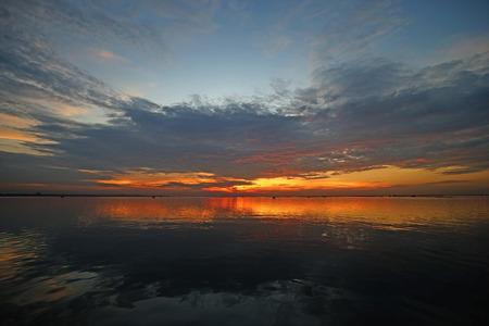 Landschaftsfoto, schöner Sonnenuntergang über dem Meer Standard-Bild