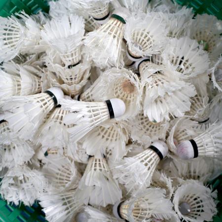 Haufen von Badminton Federball im Korb Standard-Bild - 79611367