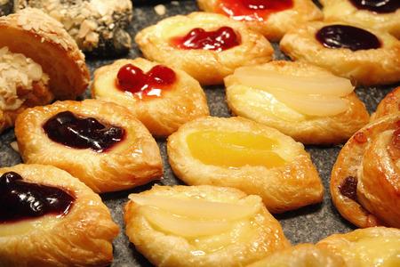 tas de dessert danois aux fruits sur la ligne de buffet