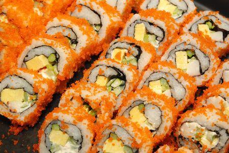 comida japonesa, primer plano de rollos de sushi en línea buffet Foto de archivo
