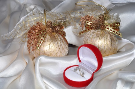 brilliants: Christmas spheres and ring with brilliants