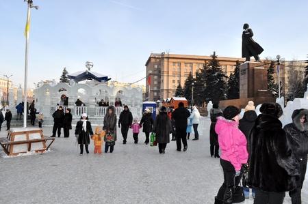 jahreswechsel: CHELYABINSK, Russia - 5 gennaio 2011: il russo celebra di Natale e Capodanno nelle strade di una citt� di Chelyabinsk. Russia, 5 gennaio 2011