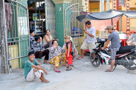 trang: Nha Trang, VIETNAM - SEPTEMBER 30,2013: People traffickers on the streets of Nha Trang in Vietnam Editorial