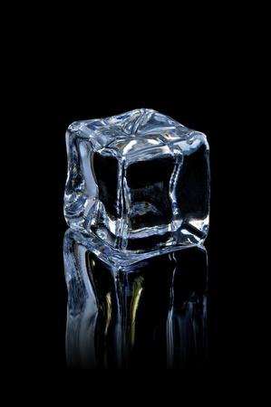 cubos de hielo: cubo de hielo sobre el fondo negro con la reflexi�n