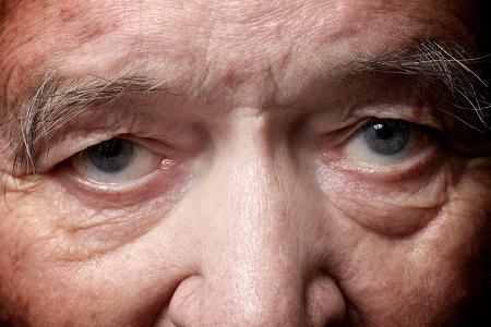 old man face part closeup eyes looks at camera Stockfoto