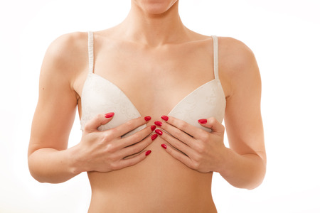 beaux seins: petits seins en soutien-gorge blanc isol� sur fond blanc