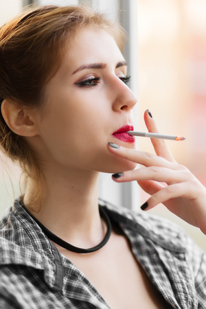 fille fumeuse: