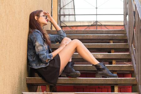 pensador: Mujer seus pensador sentado sobre las medidas
