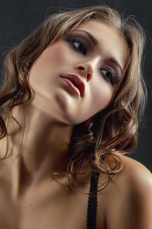 junge nackte m�dchen: sinnlich erregte Frau auf schwarzem Hintergrund