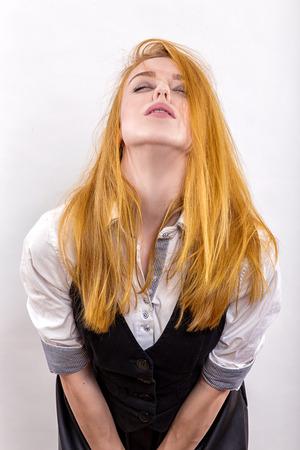 sexy young girl: чувственный вызвала девушка позирует на белый фон