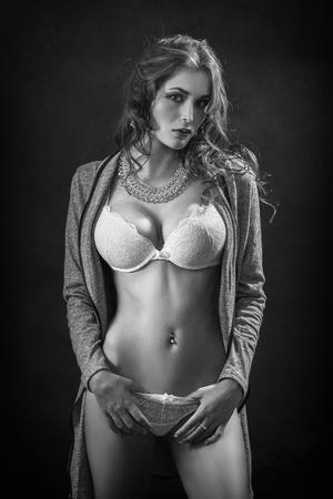 femme noire nue: belle femme montre son corps mince avec de gros seins, image monochrome Banque d'images
