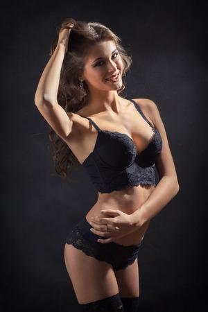 femme en sous vetements: femme heureuse avec corps mince dans la lingerie Banque d'images