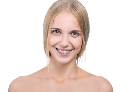 muela: smiling girl with braces on white background