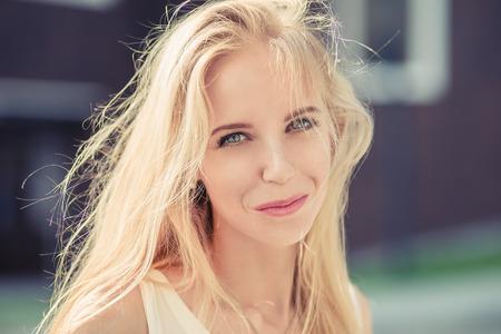 belle femme blonde regardant la caméra en plein air, l'image tonique