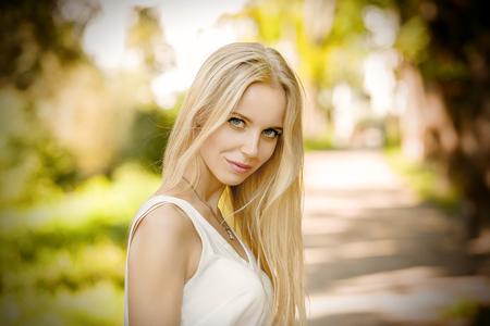 belle femme blonde regardant la caméra extérieure