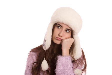 pensador: divertido pensador chica seria en sombrero del invierno aislado en el fondo blanco