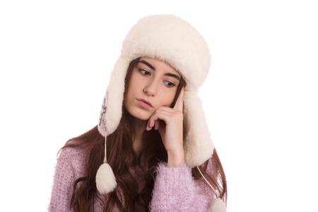 pensador: pensador chica seria en sombrero del invierno aislado en el fondo blanco