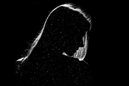 Trauriges Frauenprofilschattenbild in Dunkelheit mit Sternen nach innen, einfarbiges Bild Standard-Bild - 84169197