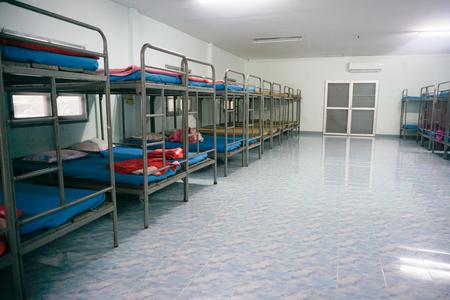 literas: Dormitorio sin gente dentro de un albergue para mochileros