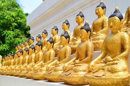 lengnoeiyi: lots of golden buddha images on pagoda base