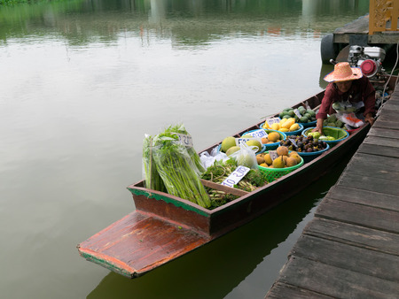 nakhon pathom: Nakhon Pathom,Thailand- August 3,2014   Local peoples sell fruits,food and products at Tha Chin river