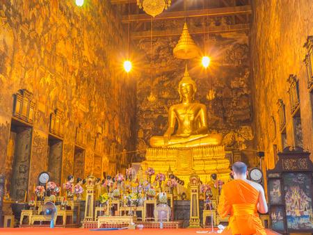 soumis: Bangkok, Thaïlande - 4 Octobre, 2014: prêtre psalmodie dans Wat Suthat Thep Wararam, temple royal de Bangkok temple Thaïlande.Cet était construction en 1807, et a été soumis à l'UNESCO pour examen en tant que futur site du patrimoine mondial.