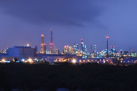 catalytic: petrochemical plant at night Stock Photo