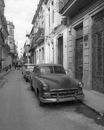 ハバナの通りで古いクラシックカー 写真素材