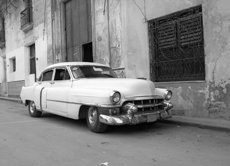 ハバナの通りは古典的な古い車