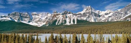 カナダのロッキー山脈のバンフ国立公園アルバータ州、カナダのピークを雪にパノラマ ビュー 写真素材