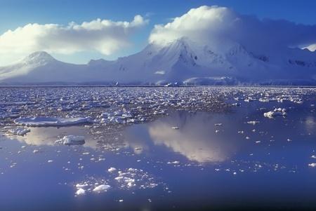 パノラマの遠近南極山海岸線 写真素材