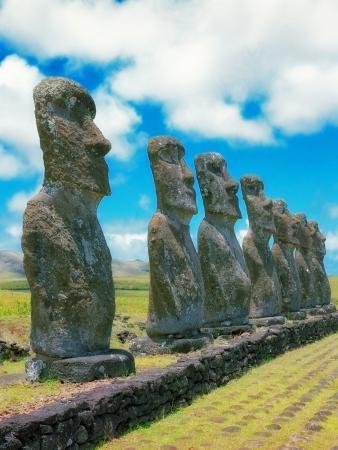 moai: Moais de Ahu Akivi interior Ahu en el Patrimonio Mundial de la UNESCO de la Isla de Pascua Chile