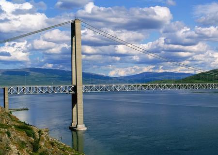 cielos abiertos: vista de la ventana abierta al puente sobre el río
