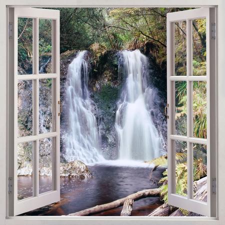 Open raam te Hogarth Falls - een leuke kleine water val ligt in de mensen s Park in de schilderachtige kust township van Strahan, Tasmanië, Australië Stockfoto