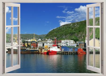 Open raam uitzicht op Kikenes haven, Noorwegen