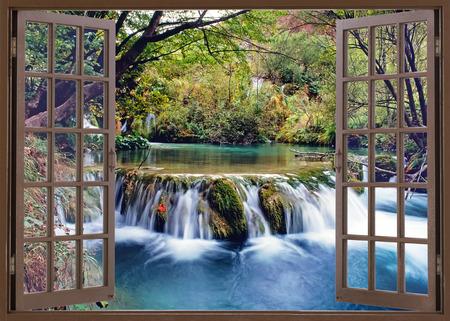 Open raam uitzicht op kleine waterval op de rivier Stockfoto