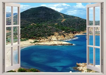 paisaje mediterraneo: ventana de vista abierta a la famosa playa de la isla de Cerdeña, en día soleado de verano, Italia Foto de archivo
