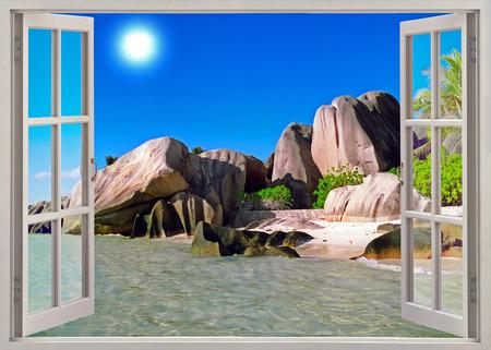 Open raam uitzicht op de oude stenen kustlijn Seychellen