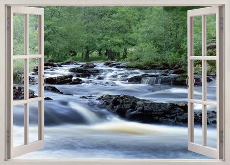 Open raam uitzicht op brede waterstroom Stockfoto