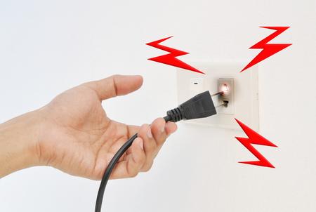 descarga electrica: Desenchufe la mano, descargas el�ctricas Foto de archivo