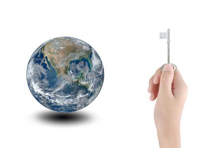 ahorrar agua: Mano clave y la tierra, el concepto de diseño que sostiene, los elementos de la imagen son proporcionados por la NASA