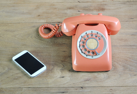 Teléfono de la vendimia en la mesa de madera Foto de archivo - 50213063